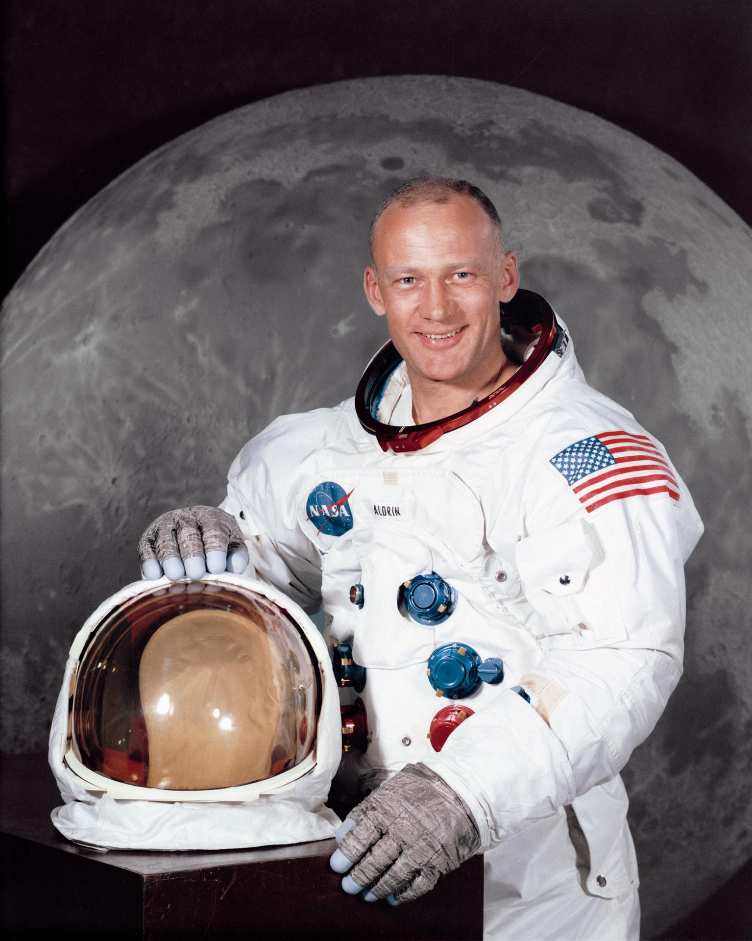 buzz aldrin says he is proud to be an american after - HD1240×1550