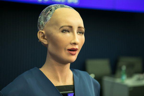 """被赋予公民身份的机器人索菲亚说:""""我会毁灭人类!""""(ITU Pictures/flickr CC BY 2.0)"""