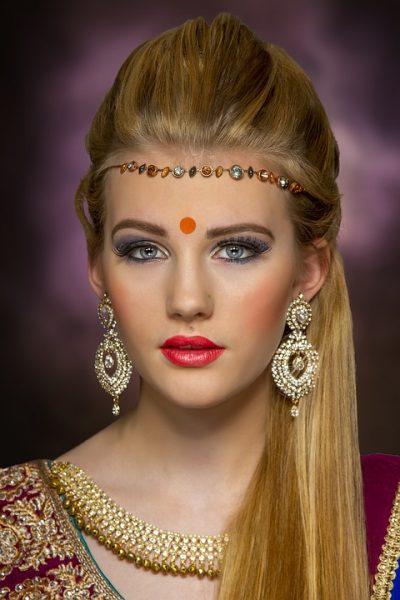许多印度教徒在眉心上装饰着提拉克,象征第三只眼(图片:pixabag)