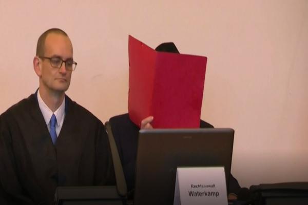 图中戴伊在庭上受审(网络视频截图)。