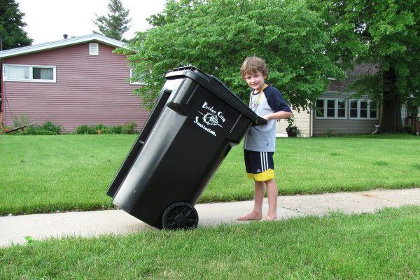 扔垃圾的小男孩(pixabay)