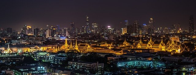 泰国曼谷的夜景(图片:Pixabay)https://pixabay.com/zh/photos/grand-palace-bangkok-temple-night-1822487/
