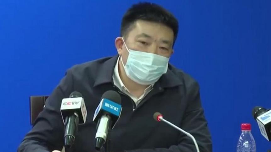 武汉市长周先旺昨(26日)在记者会上说明疫情,有眼尖的网友发现周先旺虽然戴口罩出席记者会,却不慎上下戴反。(图撷自微博)