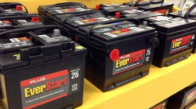 儘量選擇有免費更換保證的汽車電池 (Mike Mozart/Flickr,CC BY 2.0)