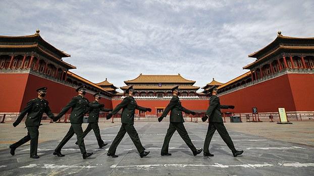 据报将赴京参加两会的港区代表和委员已提前到深圳打疫苗,这一消息被指印证北京强化防疫的政治性。图为中南海附近,戴着口罩的中共武警正在巡逻。(图片来源:美联社)