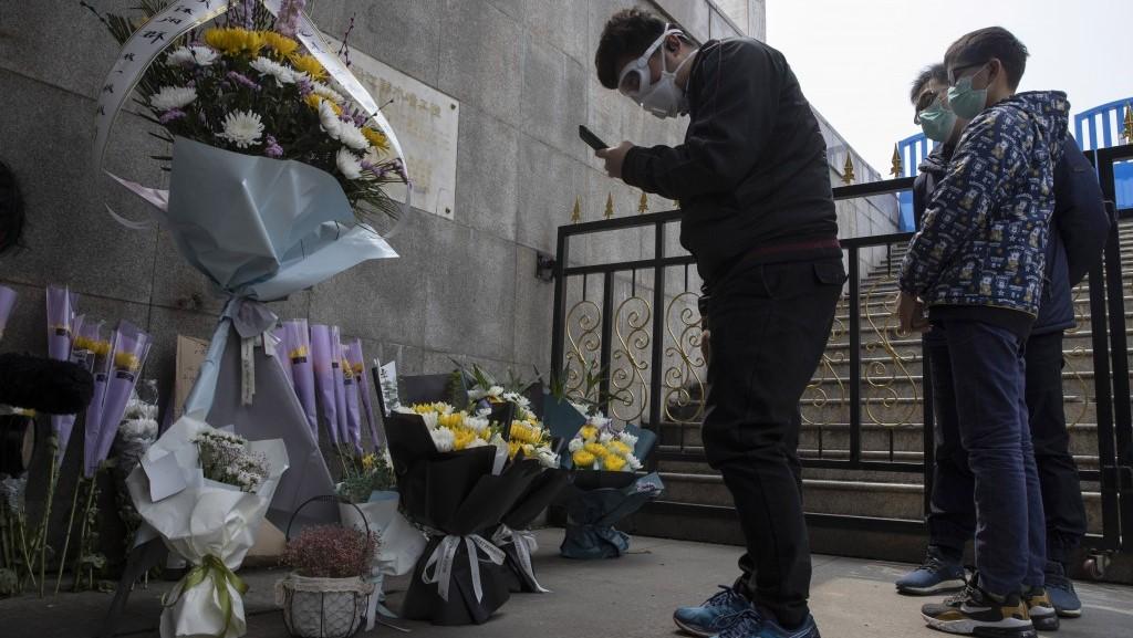 武汉市民在清明悼念死去的亲人