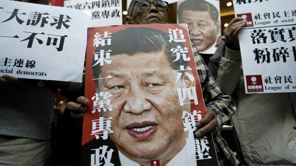 香港民主党人士22日持标语游街抗议中共人大拟制定港版国安法。(图/美联社)