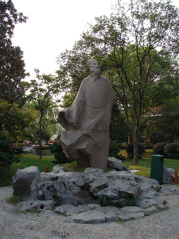 杭州西湖苏堤步道附近的苏轼塑像(图片: Bobke/维基,CC BY-SA 3.0)