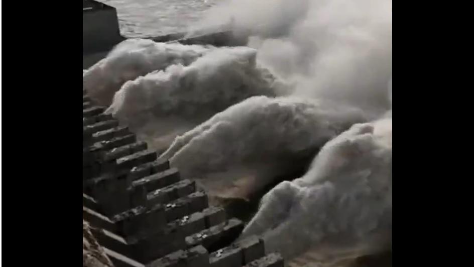 三峡大坝开启七孔泄洪