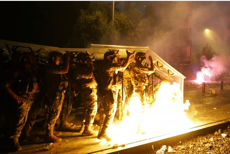 示威者与警方激烈冲突