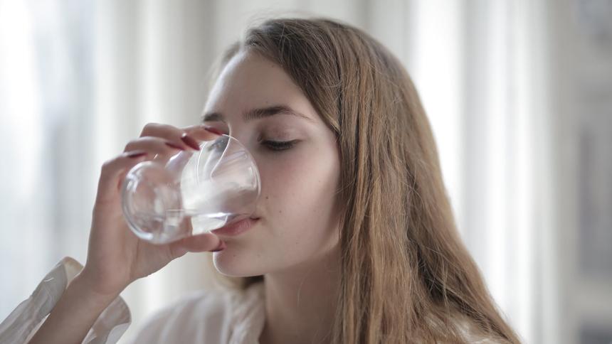 喝水(图片:Pexels)