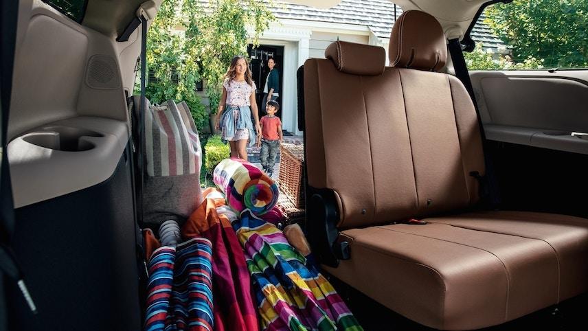 Minivan Sienna 折叠式第三排座椅有了全新轻量化设计 (Toyota)