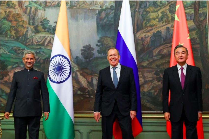 印度外長蘇傑生(左)、中國外長王毅(右)在莫斯科會面