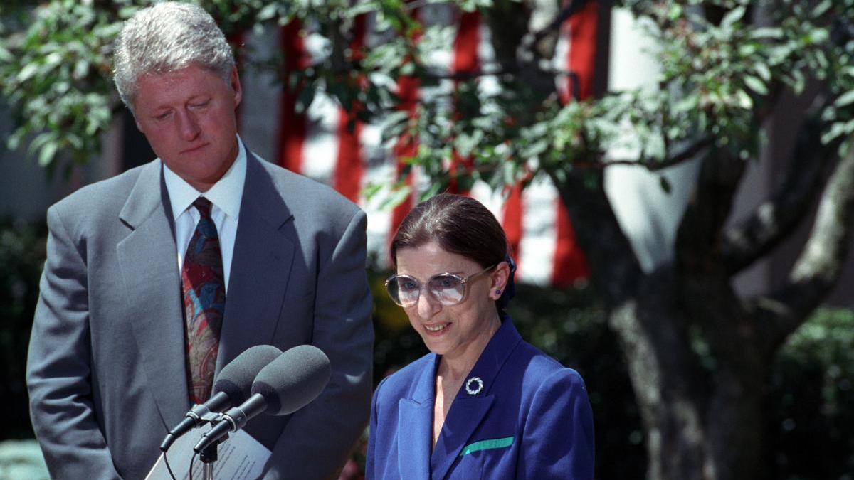图为金斯堡1993年接受前总统克林顿的提名称为美国高院大法官。(白宫图片)