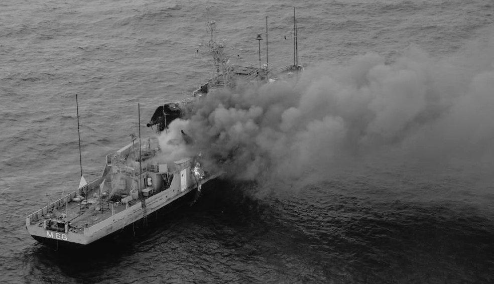印度海軍飛彈巡邏艦「考拉」號30日試射反艦飛彈,飛彈擊中靶艦,靶艦起火燃燒。(圖/取自@BhruguBJP推特)