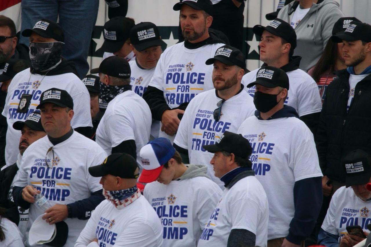 """10月17号在威州简斯维尔竞选集会上,支持川普者身着""""Police for Trump"""" T恤衫(图片:SOH/张玄宇)"""