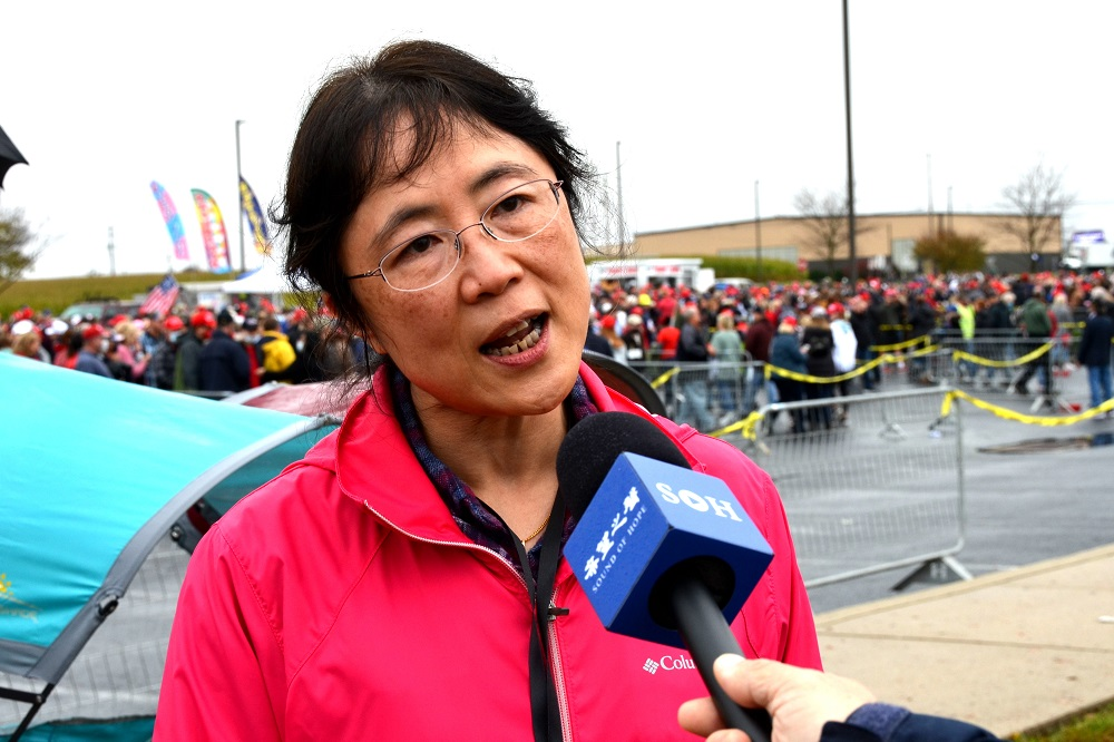 """华人刘女士说:""""我们华人都经历过社会主义,不能看着美国再走中国的社会主义那 条路。"""" (子峰/希望之声)"""