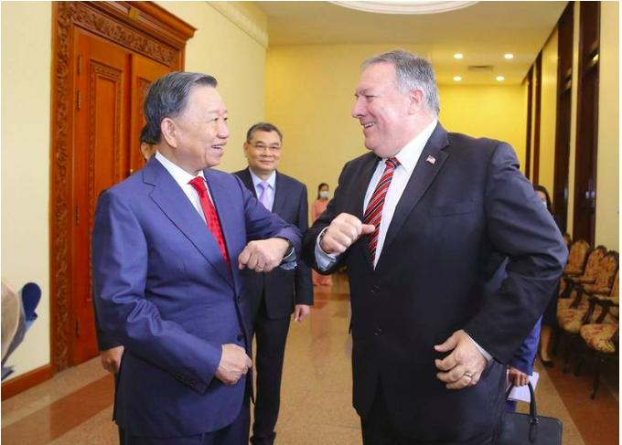 美国国务卿庞皮欧(右)与越南公安部长(左)相见欢。