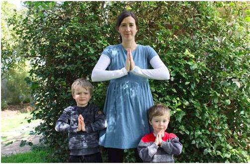 年輕的西人法輪功學員瑪麗(Marie)和兩個孩子一起謝師恩。