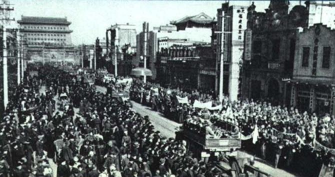 1949年,共军进入北京西门(图片:《人民画报》 1965年第2期)