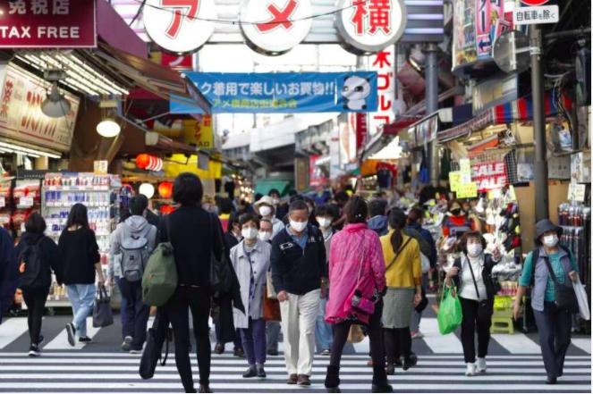 日本疫情近日急遽升高,但東京阿美橫町(アメ橫)的人潮不減