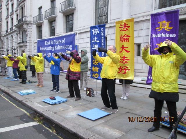 2020年12月10日,世界人權日。英國法輪功學員在倫敦舉行了紀念活動,呼籲英國政府和廣大民衆關注正在中國發生的,中共對法輪功學員持續了21年的迫害,呼籲大家伸出援手共同制止迫害。(SOH 唐仲寶)