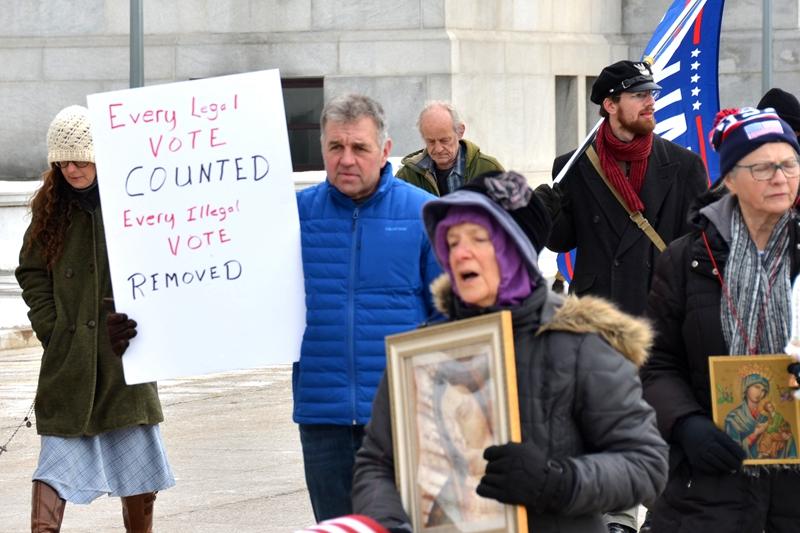 财会师Adam Pare(左二举白牌者)表示,政府很失败,他支持川普总统实施戒严令。(图片来源:凌浩/希望之声)