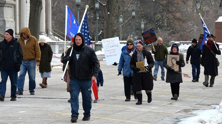 """12月19日,在宾州首府Harrisburg民众冒着严寒再次举行""""制止窃选""""(Stop the Steal)的集会。(图片来源:凌浩/希望之声)"""