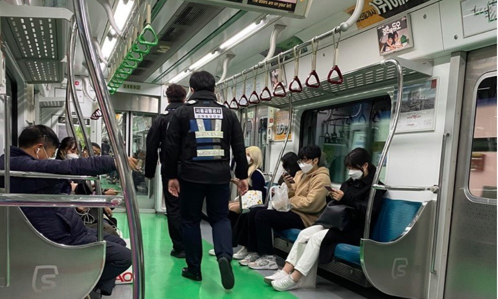韓國政府大力宣傳戴口罩的重要性,地鐵上有保安人員巡邏,提醒乘客戴好口罩