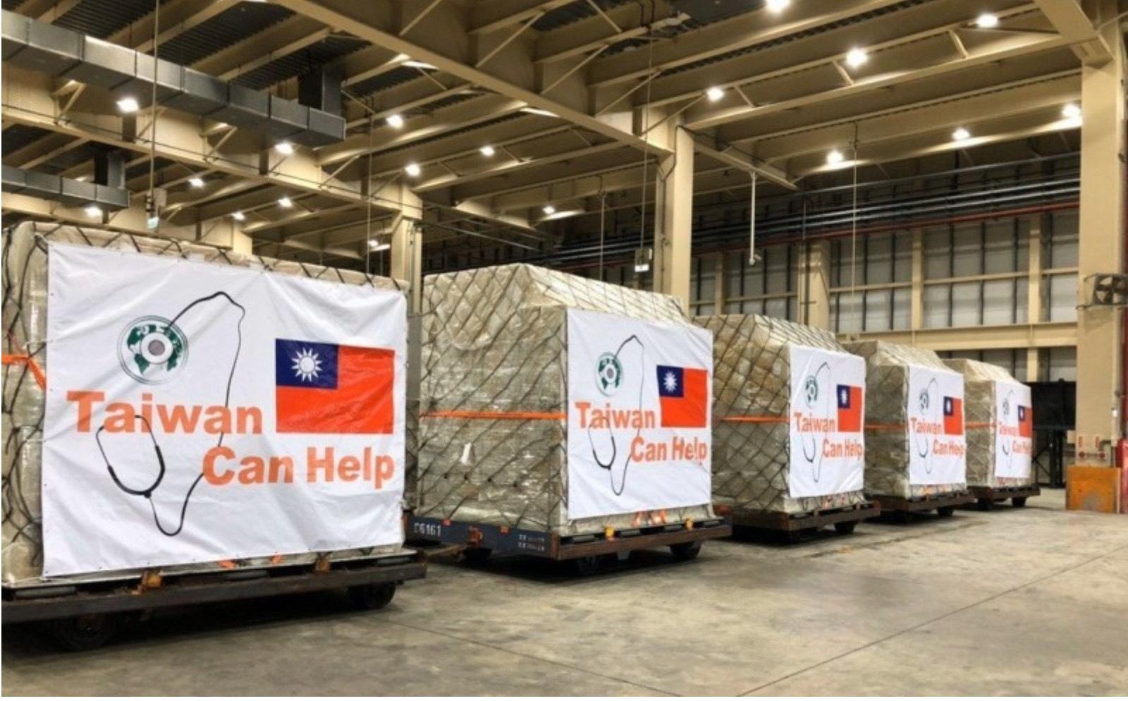 外交部今天宣布第二波国际援助,将捐6百万口罩给北中东欧、拉美、新南向等国。图为首批捐赠口罩运送情形