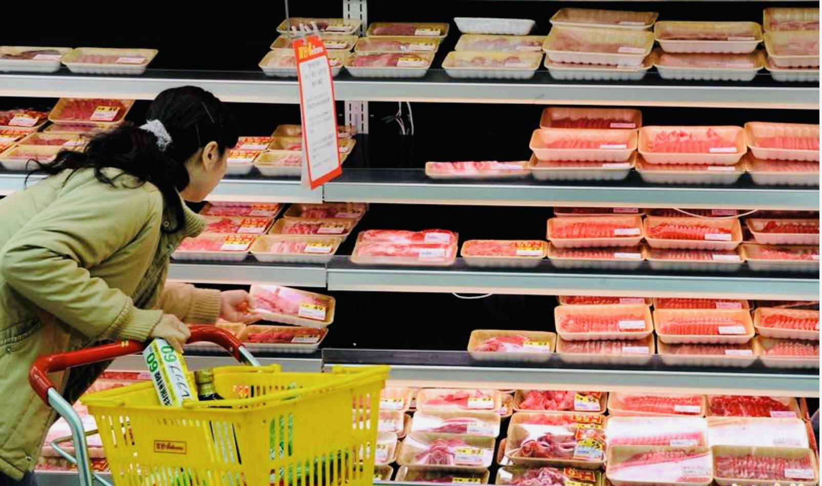台湾民众在超市选购肉品