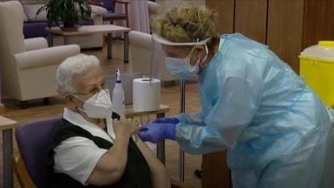 图为美国一位医生正在为民众接种疫苗 (图片来源:AP)
