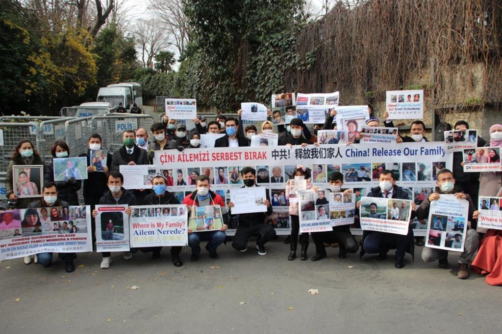 """土耳其被視爲維吾爾人逃避中共迫害的避風港,據估計,至少有5萬名維族人住在土耳其。圖爲""""集中營受難者家屬團體""""2020年12月18日起每天赴中國駐伊斯坦堡總領事館前請願,要求北京協助尋找在新疆失蹤家人的下落"""