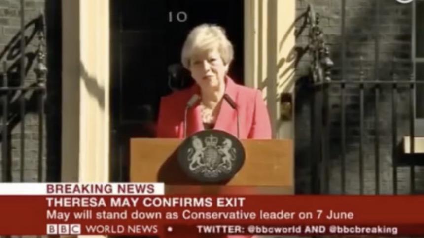 """特蕾莎·梅在唐寧街前含淚發表動情聲明的一幕,成爲了英國""""脫歐""""史上一個永久的定格。(圖片來源:Youtube視頻截圖)"""