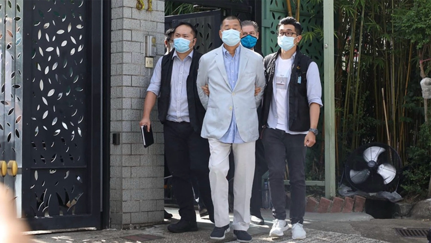 2020年8月9日,香港警方以涉违港版国安法为名,逮捕了壹传媒创办人黎智英父子及壹传媒行政总裁张剑虹等7人,引发外界譁然。(立场图片)