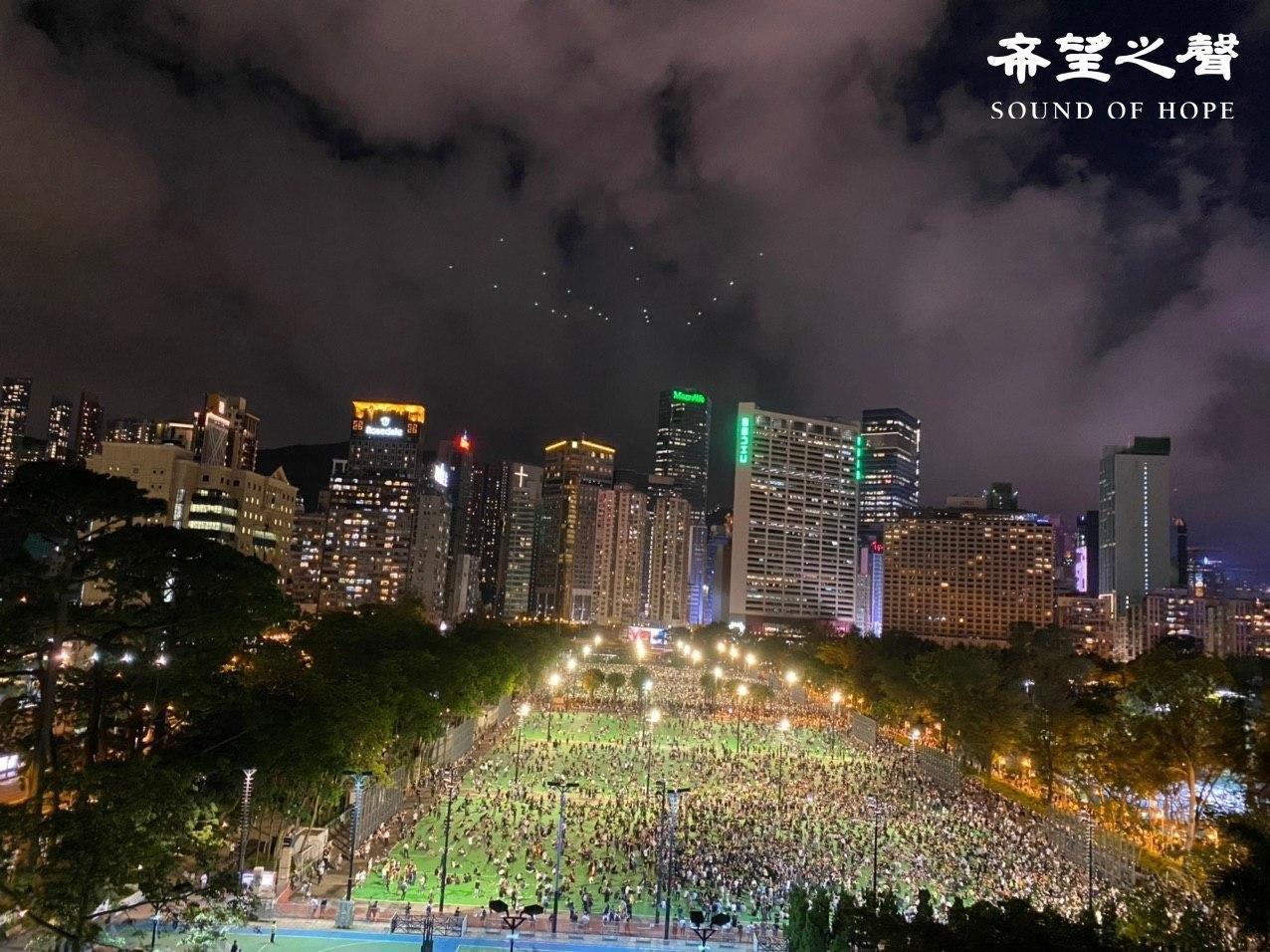 六四31周年,港人无惧打压,大量人潮涌入维园举行悼念活动。(郑铭/SOH)