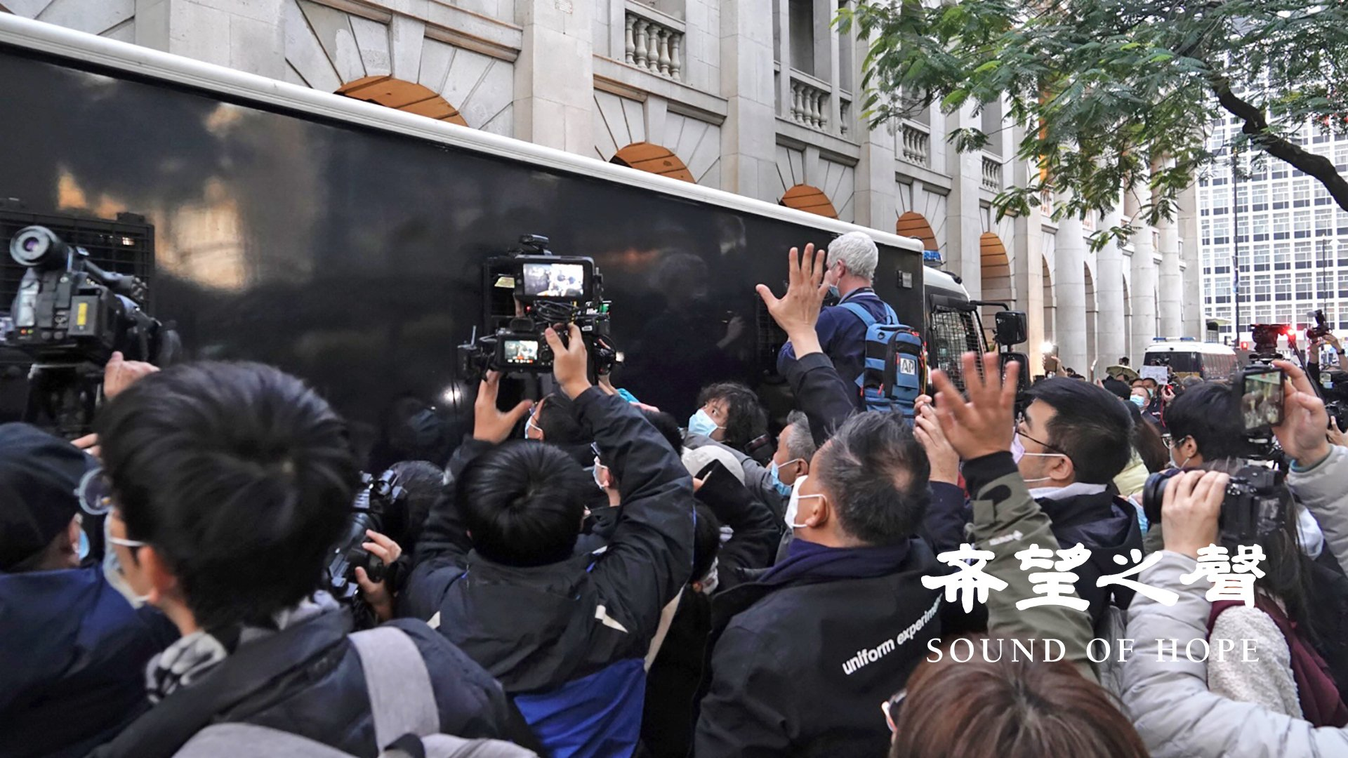铁甲威龙囚车押载黎智英离开之际,现场市民高举五个手指送别。(郑铭/SOH)