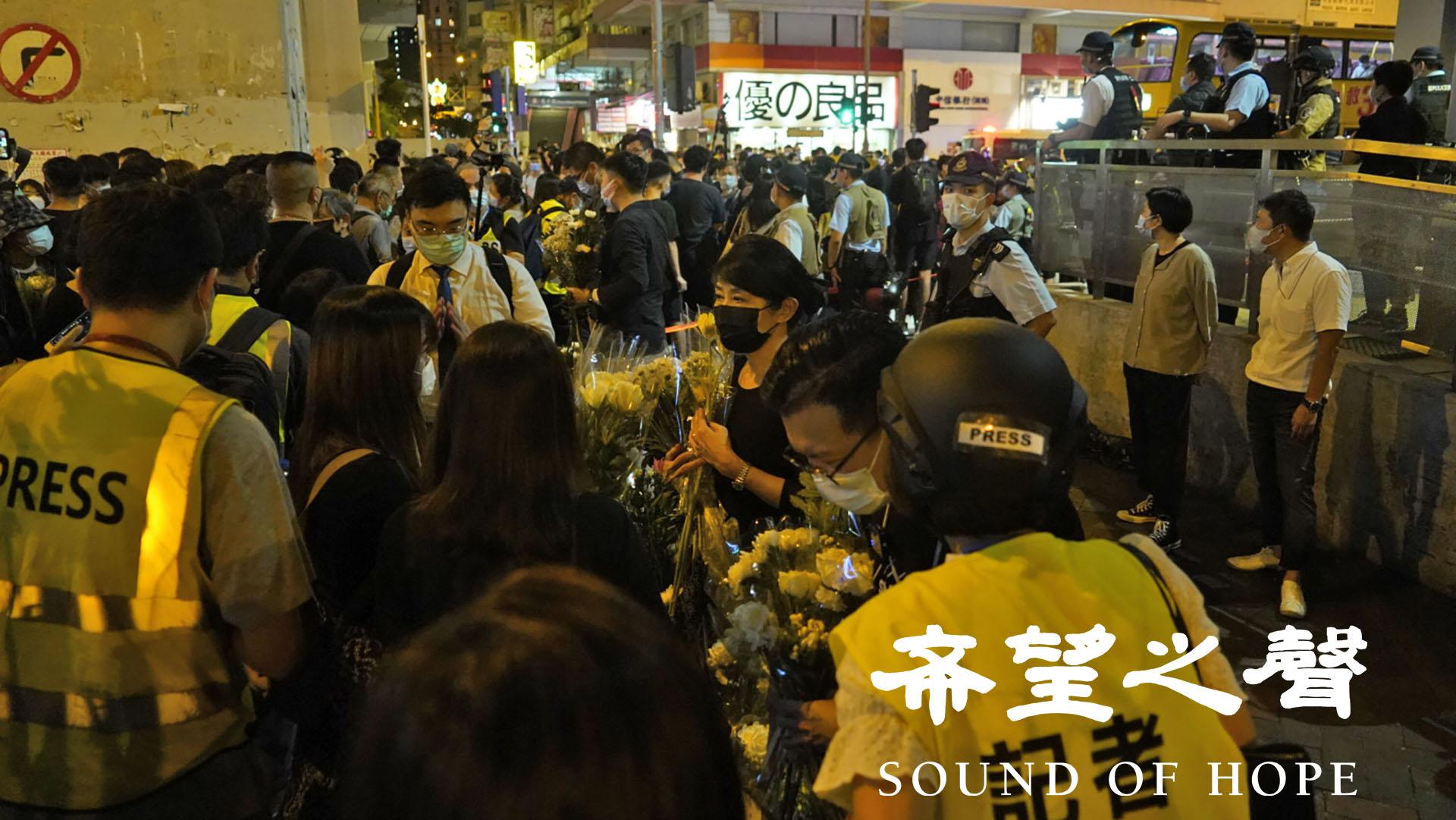 831警暴一周年,港人到太子站献花悼念。(摄影 / SOH 郑铭)