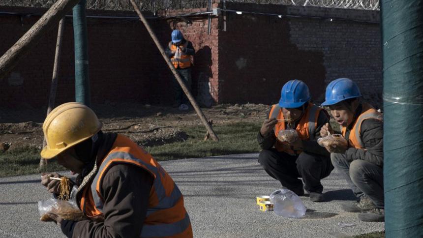 """中共宣布""""全面脱贫""""胜利,但城乡仍存在大量就业难、吃饭难的贫困人口。(图片来源:美联社)"""