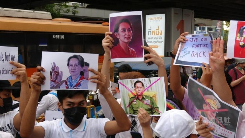 媒體報導緬甸軍方發動政變後,前央行行長楊揚模被撤換,現況不明,這個消息令全球金融界擔心。圖爲10日緬甸民衆高舉翁山蘇姬的照片,希望國際社會救救緬甸。