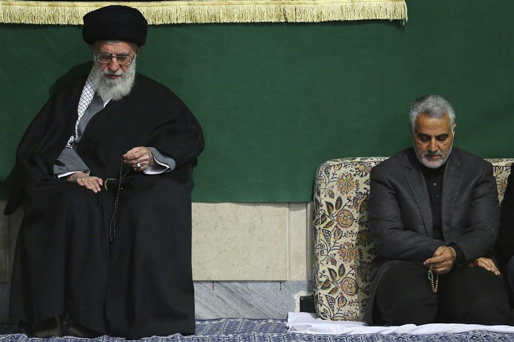 总统川普下命3日早晨以无人机空袭巴格达国际机场,击杀伊朗革命卫队指挥官苏雷曼尼(右)。左为伊朗最高领导人哈米尼。