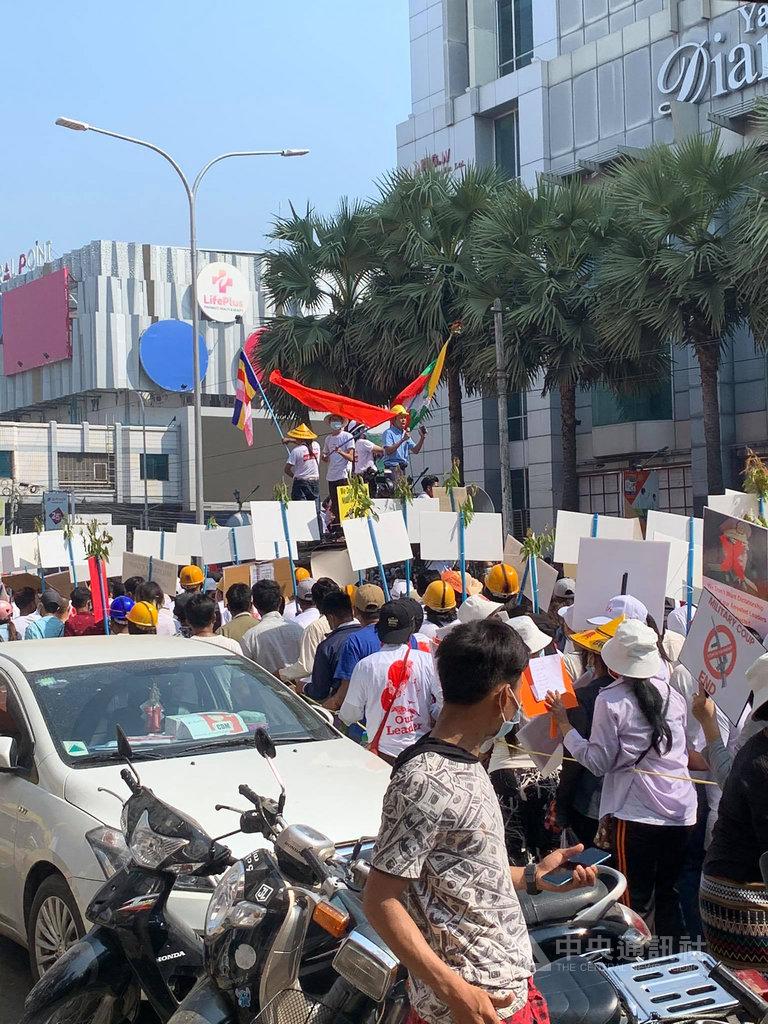 缅甸公民社群22日发起22222全国大罢工,图为缅甸第二大城曼德勒的街头抗议。(图片来源:中央社)
