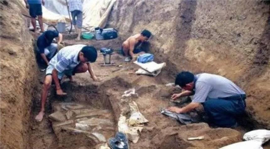 考古队员在东门头遗址进行抢救性发掘