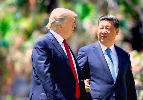 美国总统川普与中国国家主席习近平七日结束会议后,一同在佛州海湖庄园内散步。