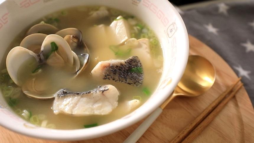 蛤蜊鮮魚豆腐湯(圖片:YouTube視頻截圖/Rosalina's Kitchen 蘿潔塔的廚房)