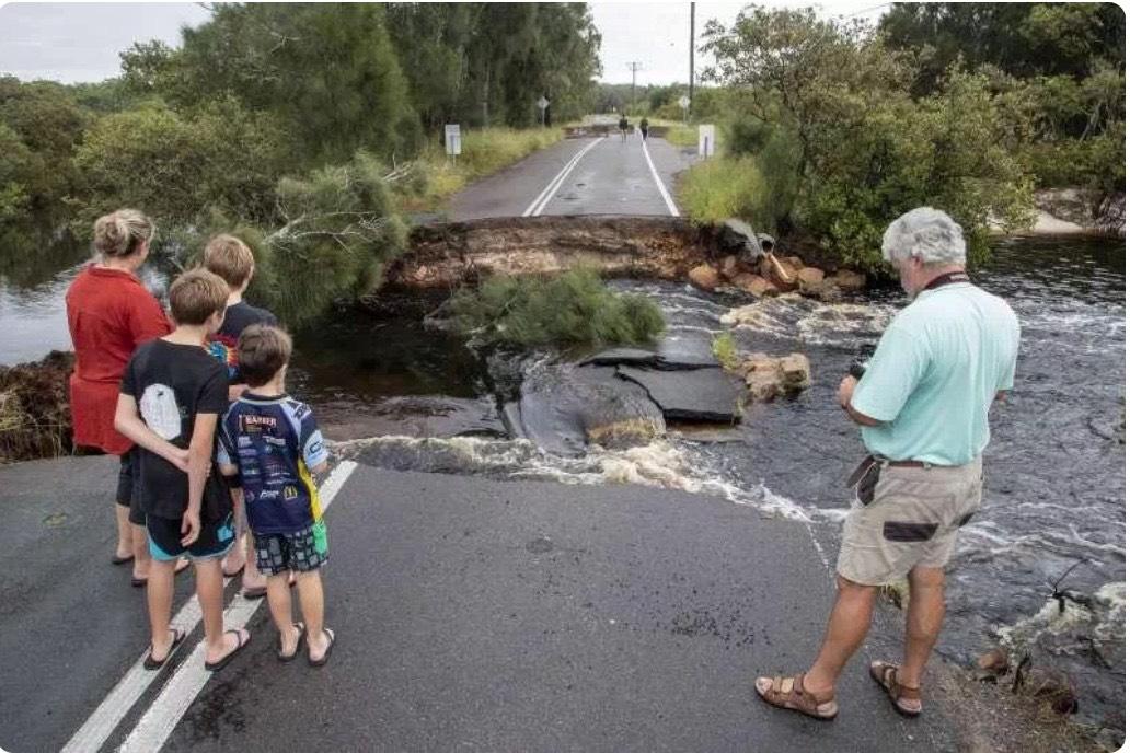 澳洲雪梨以北史蒂芬斯港地区一条道路被洪水冲毁