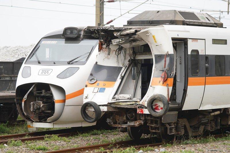 臺鐵太魯閣號408次列車2日發生重大傷亡事故,事故現場5日持續搶通,第5節車廂(右)一早已拖離隧道,與第1節車廂(左)相鄰,運至和仁車站。