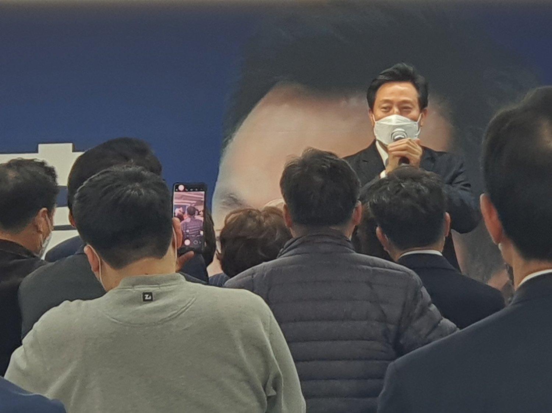 韩国国民力量的吴世勋(后)以超过57%的支持度,正式上任首尔市长。(图片来源:翻摄自国民力量推特)