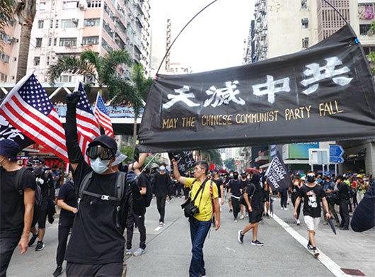 """2019年9月29日,全球24个国家、65个城市举行""""全球连线-共抗极权""""游行,图为游行队伍经过湾仔,示威者高喊""""天灭中共""""。(图:大纪元)"""