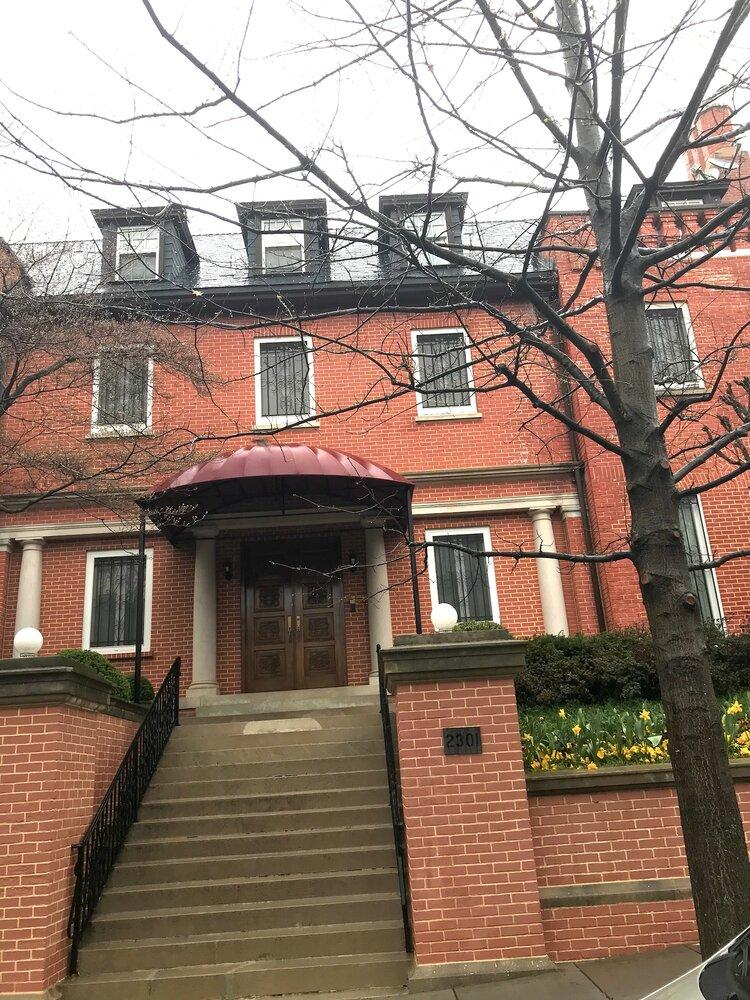 杨洁篪之妻乐爱妹自2001年9月起居住在美国华盛顿特区 2301 S ST NW Washington DC 。此实景照片为曾铮脸书好友摄于2021年3月28日。